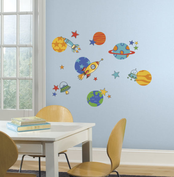 RMK2618SCS_Planets_and_Rockets_Wall_Decals_Roomset-580x580